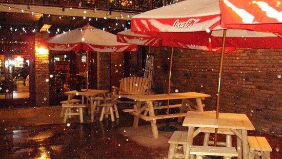 Ryno's Pub & Pizzeria: outdoor dining