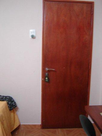 Hotel Tropical: No tiene llave digital asi que no se sabe quien y cuando entran a la habitacion, cero control!