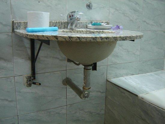 Hotel Tropical: El caño perdia agua y por el mismo caia en el piso el agua toda corroída