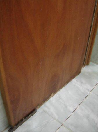 Hotel Tropical: en la puerta del baño habia agujeros en la madera que pasaban para la habitacion