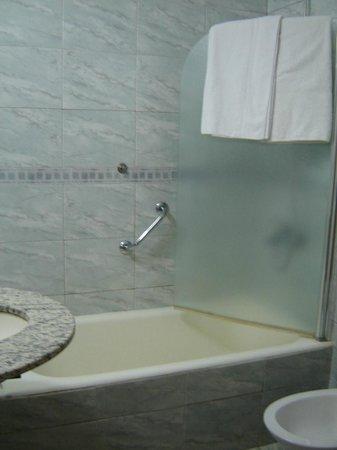 Hotel Tropical: La bañera no tenia casi esmaltado, un peligro bañarse sin poner una toalla adentro