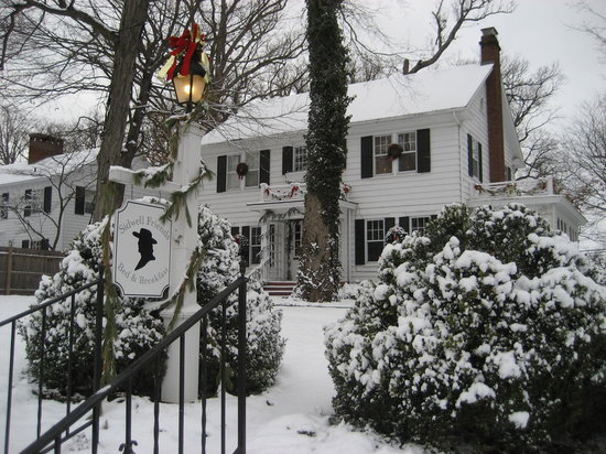 Sidwell Friends Bed and Breakfast: Front of Inn with Snow