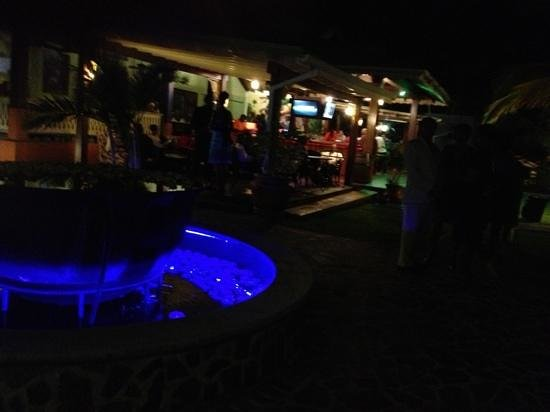 Coco Palm Resort: bar and rest at night with live band