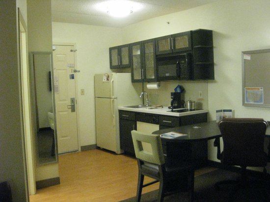 Candlewood Suites Chicago O'Hare: kitchen area in room