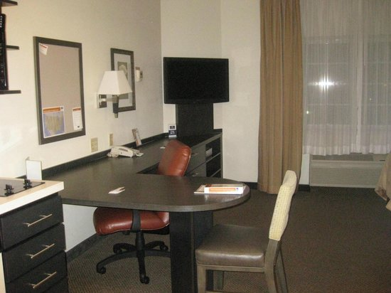 Candlewood Suites Chicago O'Hare: work/desk area in room
