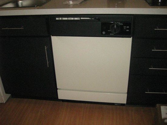 Candlewood Suites Chicago O'Hare: dishwasher in kitchen area