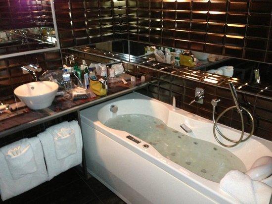 Apostrophe Hotel: Balneo tub