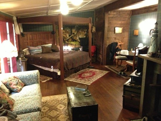 Sandlake Country Inn : View from the end of the couch across the room. Was really very large, but the atmosphere was c