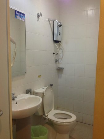 Tune Hotel Kota Damansara: Bathrom/Toilet