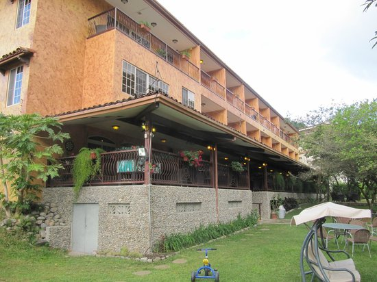 Hotel Valle del Rio: The back of the hotel facing the river. Dining area above stone wall.