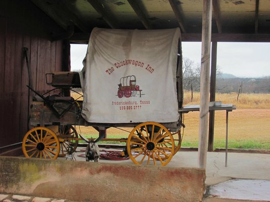 Chuckwagon Inn Bed & Breakfast: Chuck Wagon outside the barn