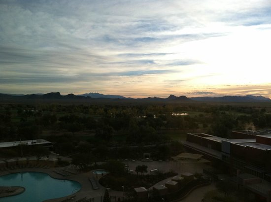 Talking Stick Resort: Sunrise from hotel room