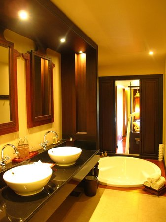 Siripanna Villa Resort & Spa: Huge Bathroom