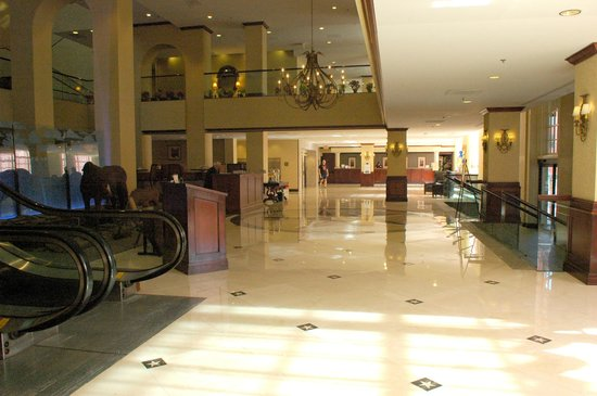 Hilton Fort Worth: Hotel Foyer and check in desk.