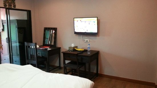 Lanna Boutique Resort: tv and room table