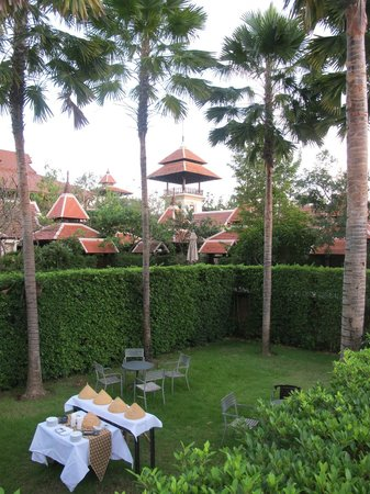 Siripanna Villa Resort and Spa Chiang Mai: Garden nearby the pool