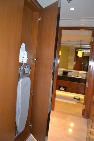 Manila Marriott Hotel: ironing board