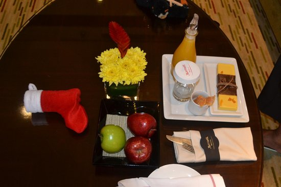 Manila Marriott Hotel: welcome stuff, cookies in xmAS socks