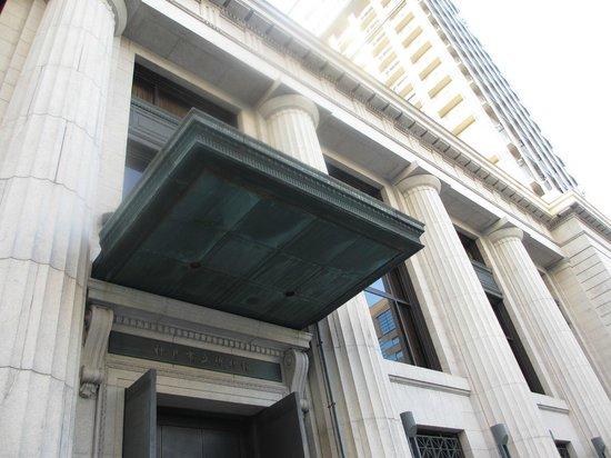 Kobe City Museum (Kobe Shiritsu Hakubutsukan) : 重厚な建築の博物館入口