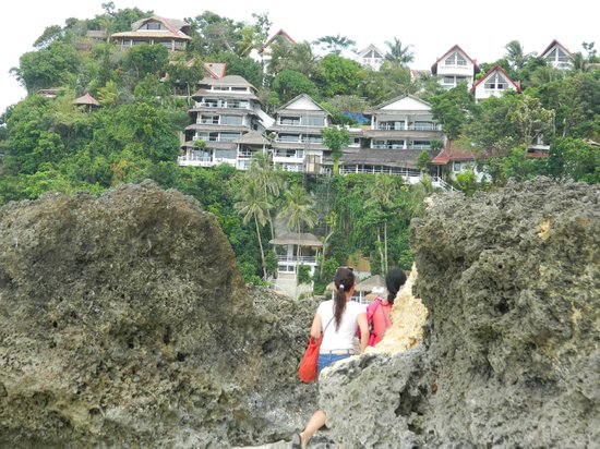Microtel Inn & Suites by Wyndham Boracay: Relax the hotel is a the bottom no need to climb up to those other buildings