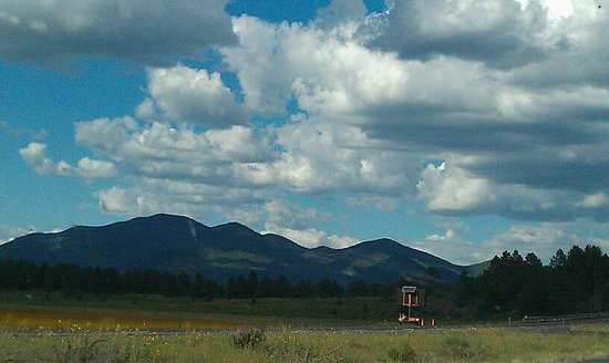Mountain Ranch Resort at Beacon Hill: view on the highway oh hotel 