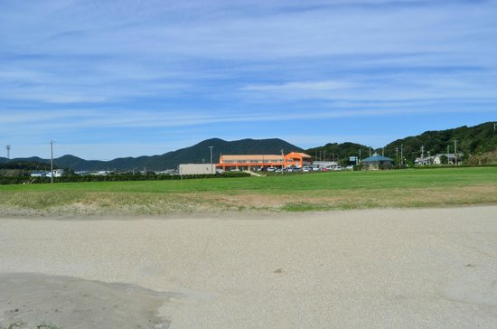 Michi-no-Eki Akabane Loco Station : 砂浜からロコステーション