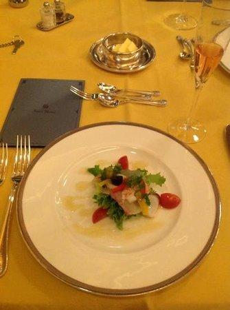 Main Dining Room Mikasa : 前菜の海鮮サラダ