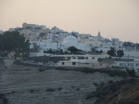 ‪إل جريكو ريزورت: Looking towards Fira at sunset from the front of the resort.‬