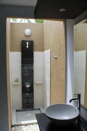 The Bidadari Villas and Spa : Outdoor Shower