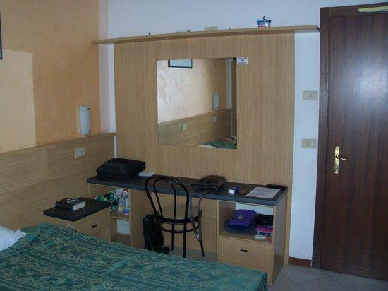 Hotel Astra: Specchio e scrivania