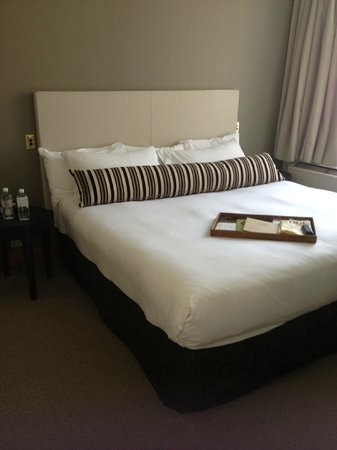 Rydges Melbourne Hotel: king bed, so comfy