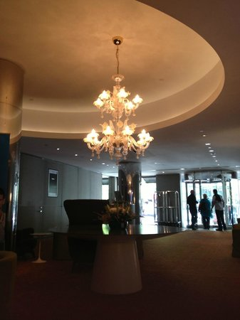 Rydges Melbourne Hotel: Lobby, pretty chandelier!!