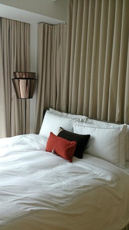 Park Avenue Rochester Hotel: Pretty high and hard bed, but comfy enough to sleep.