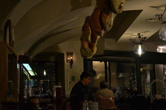 Restaurante Il Latini: L'ottimo prosciutto crudo viene utilizzato anche come decorazione a soffitto