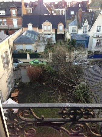 Grand Hotel de Courtoisville : a beautiful view out of the window - overlooking the beautiful garden