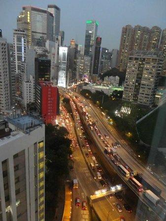Dorsett Wanchai, Hong Kong: Vue du 18e étage sur l'autoroute