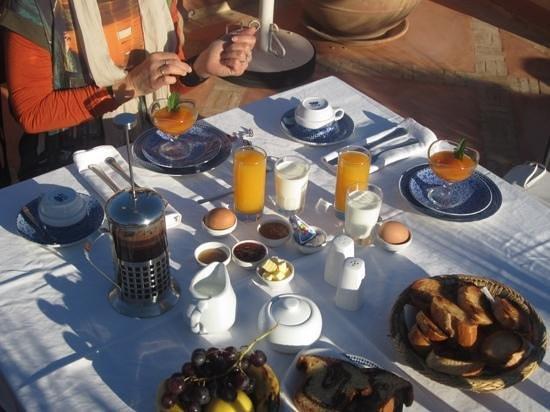 Riad l'Orangeraie: rooftop breakfast