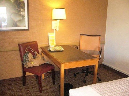 La Quinta Inn San Antonio Market Square : Desk & hand-me-down chairs