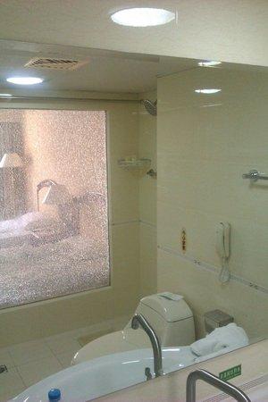 Milkyway Hotel: シャワーとトイレの間にカーテンがありませんので気を付けてください