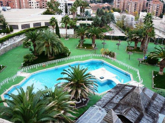 Hotel Beatriz Toledo Auditorium & Spa: Vista desde la habitación a la piscina