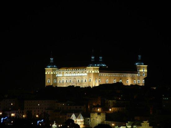 Hotel Beatriz Toledo Auditorium & Spa: Vistas desde la habitación por la noche con zoom