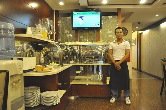 ไอคอน 36 โฮเต็ล: The Chef in the breakfast room of the Dong Thanh Hotel