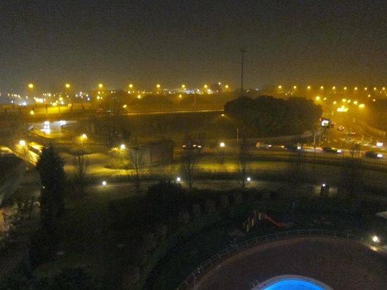 Novotel Venezia Mestre: Night view outside the hotel