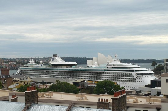 Sydney Harbour YHA: Beautiful cruise ships viewed from Rooftop Terrace