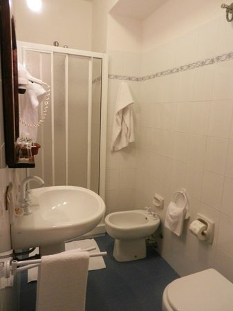 La Locanda del Capitano: bagno della camera da letto con luci al neon e box doccia standard in pvc