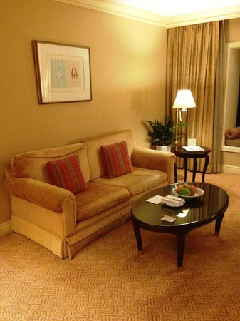 The Ritz-Carlton, Seoul: リビングは暖色系の雰囲気で、落ち着きます。窓も少しだけ開きます
