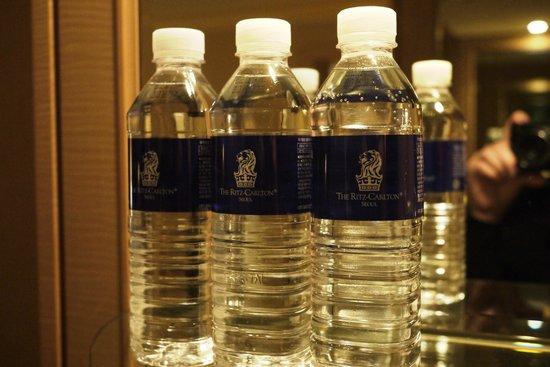 โรงแรมริทซ์ คาร์ลตัน: 水は無料で何本も揃っています
