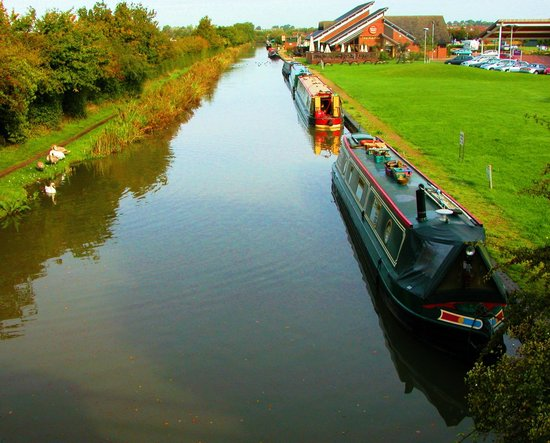Premier Inn Hinkley: CANAL VIEW AND HOTEL