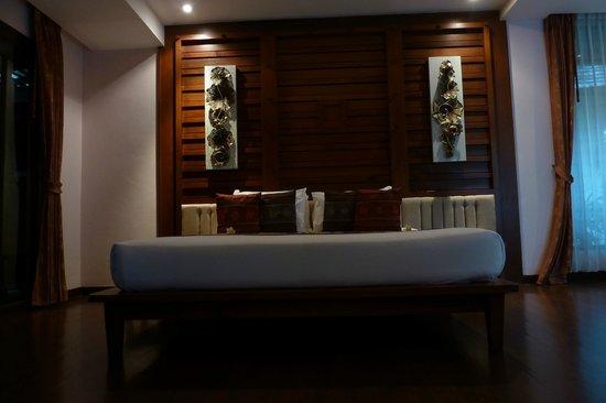 Railay Village Resort: Badkamer met apparte bank en salontafel 