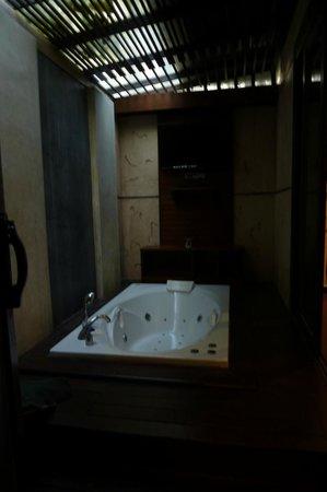 Railay Village Resort: Badkamer (naast de douche/ wc ruimte)
